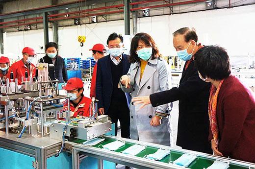 青浦区委副书记杨小菁等领导一行考察篮球现金下注全自动口罩生产流水线设备