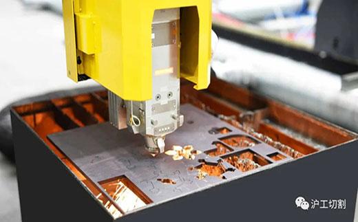 沪工10米大幅面龙门光纤激光切割机精细圆孔高品质切割