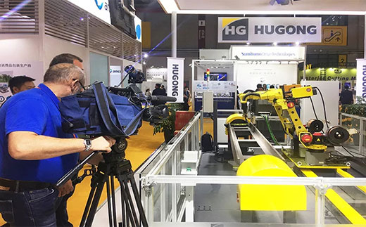 第二届进博会俄罗斯国家电视台拍摄篮球现金下注意大利CEA展位